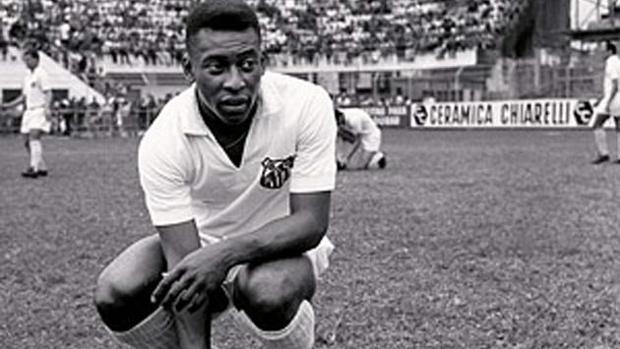 Pelé, con la camiseta del Santos