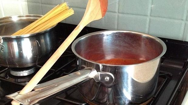 Según YouTube, esta es la forma idónea de colocar una cuchara cuando cocinamos
