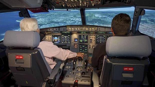 Un piloto y un copiloto en el simulador de un A320