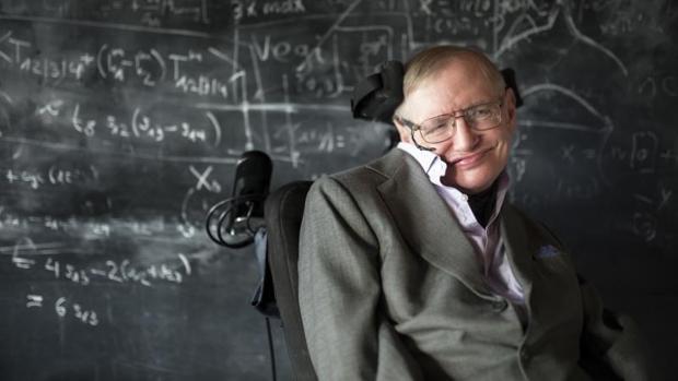 El famosos físico británico Stephen Hawking vivió la mayor pare de su vida con ELA