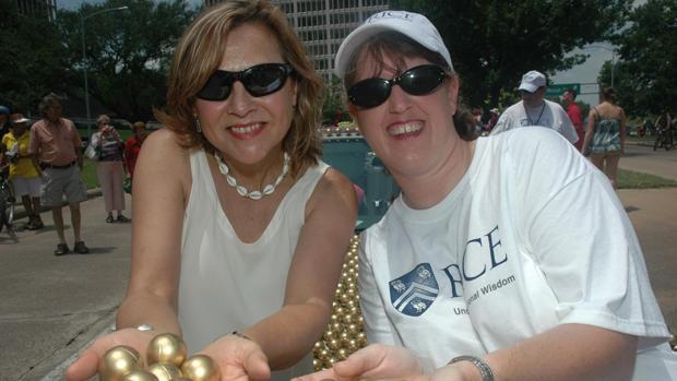 Naomi Halas (izquierda) y Jennifer West , inventoras de la Terapia AuroLase, un tratamiento contra el cáncer que utiliza nanopartículas de oro para destruir el cáncer sin dañar el tejido sano.