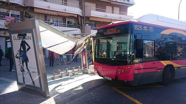 El autobús de la línea 32 de Tussam empotrado contra una marquesina en Gran Plaza