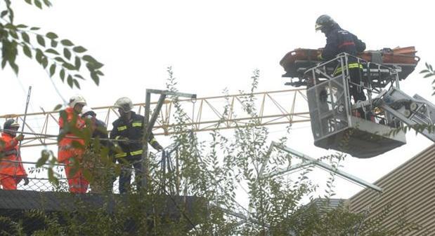 Los bomberos socorren a un trabajador herido en una imagen de archivo