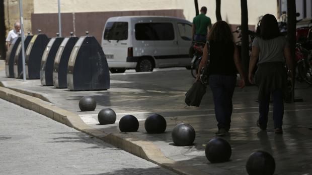 Los bolardos del Casco Histórico cambian de tamaño, altura y color, incumpliendo la normativa