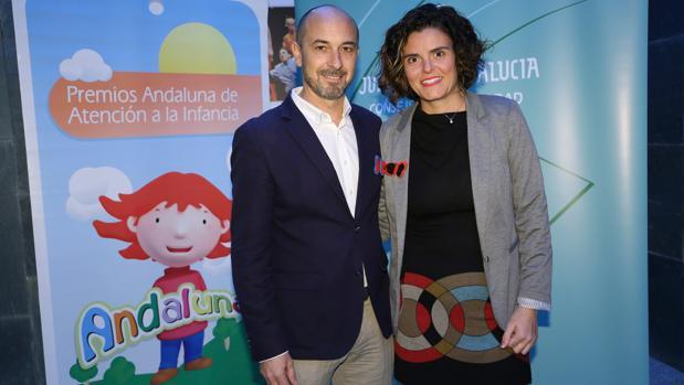Chari Ramírez y Pepe Jiménez, premiados por acoger a Zahira, una menor de 9 años