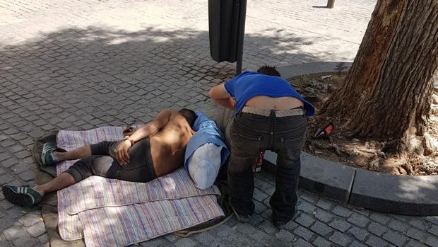 Dos indigentes en la Plaza del Pumarejo de Sevilla