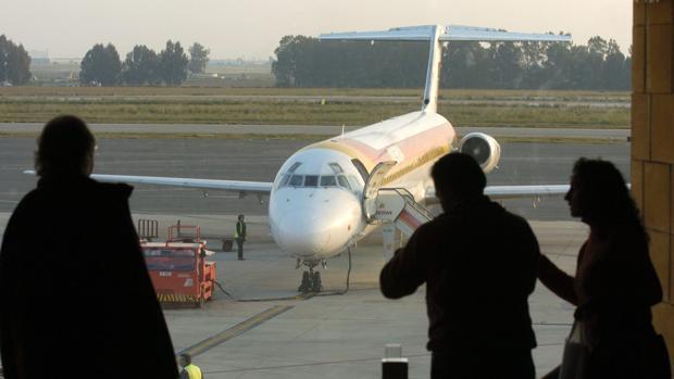 Pasajeros observan la pista de vuelo de San Pablo