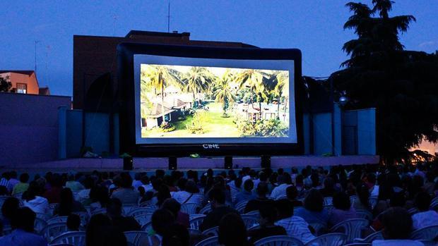 Personas disfrutando del cine de verano en Sevilla