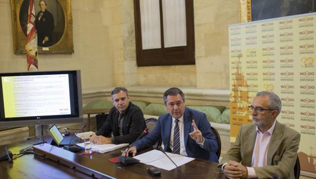 El alcalde, junto al gerente de Emvisesa y el delegado de Bienestar Social