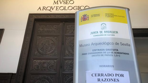 Imagen del pasado domingo de la puerta del Museo Arqueológico de Sevilla mientras permanecía cerrado