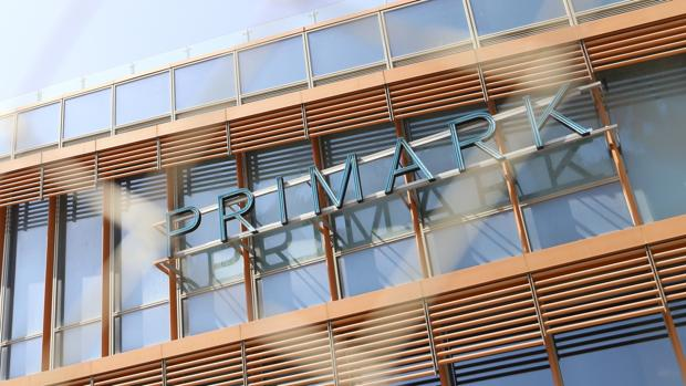 Rótulo de Primark sobre la fachada del Centro Comercial Torre Sevilla