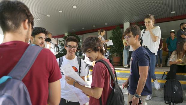 Estudiantes repasando antes de comenzar las pruebas de acceso a la universidad