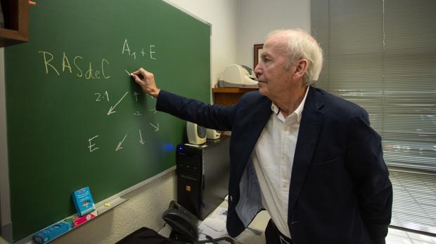 Ernesto Carmona, en su despacho en el Centro de Investigaciones Quimicas