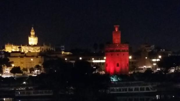 Imagen de la Torre del Oro de Sevilla, este miércoles en el momento de las pruebas de iluminación