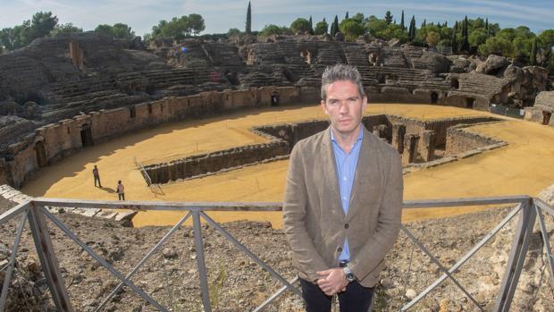 Fernando Panea, con el anfiteatro de Italica, cuya puerta norte ser hará accesible en breve a los visitantes