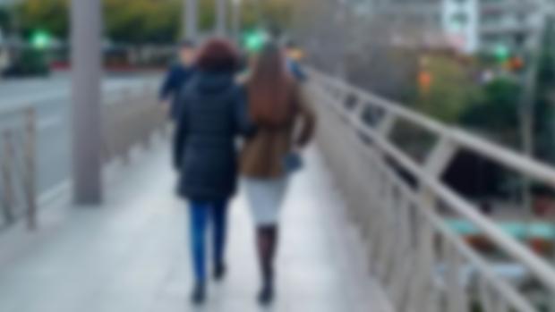 Ángeles López junto a su hija fallecida tras el trasplante, por el puente de los Remedios