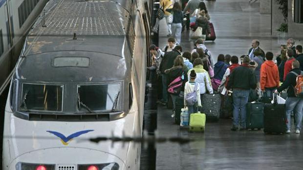 Un tren AVE en la estación de Santa Justa de Sevilla