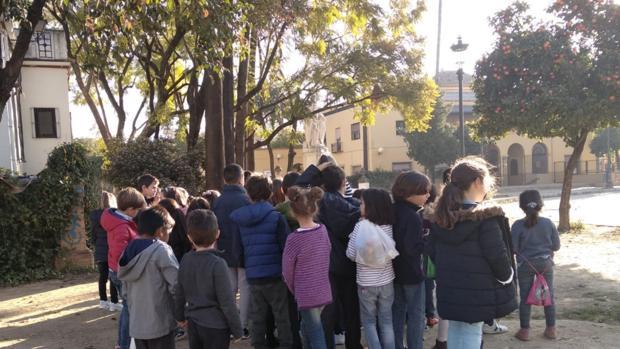 Alumnos del Colegio España salen del recinto escolar
