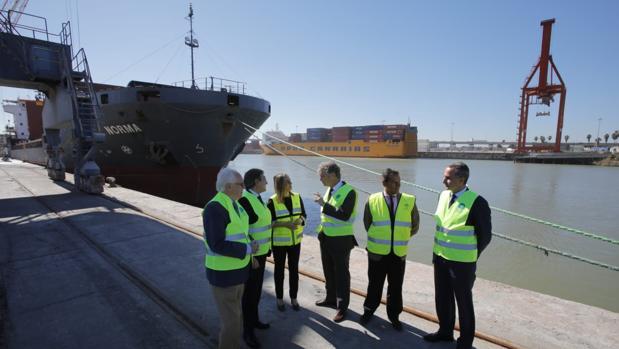 La consejera de Fomento ha visitado este jueves las instalaciones del Puerto de Sevilla