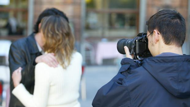 Un detective privado fotografiando a una pareja