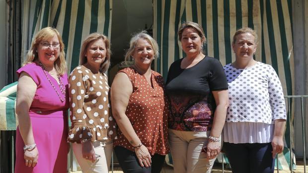 Beatriz, Amparo Aurora, Nati y Mº Dolores ante su nueva caseta