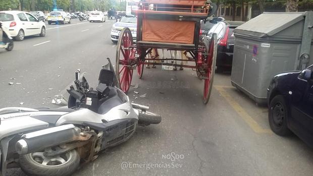 El choque de la moto contra el coche de caballos ha tenido lugar en la avenida de La Palmera