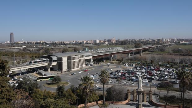 El metro de Sevilla a su paso por San Juan