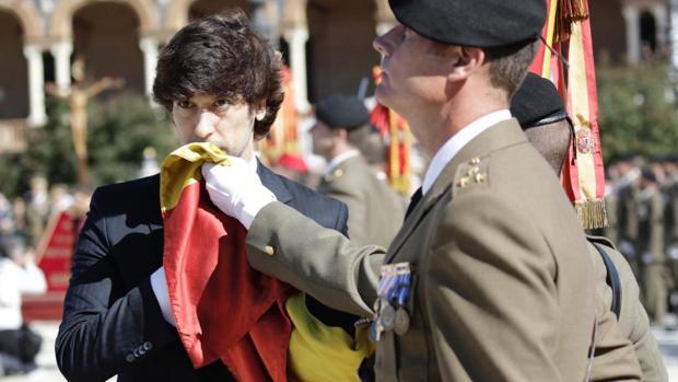 El cantante Manuel Lombo jura la bandera, este mediodía en la Plaza de España de Sevilla