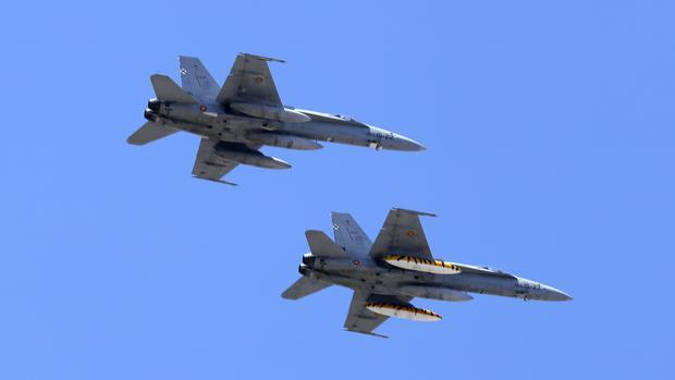Dos de los aviones que ha sobrevolado Sevilla ensayando el desfile de las Fuerzas Armadas