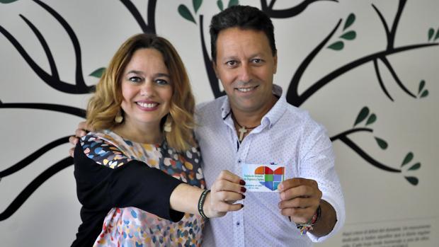 Susana Herrera con un donante mostrando la tarjeta de la donación de órganos
