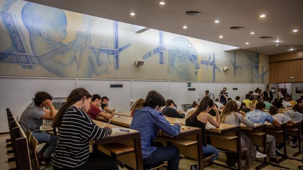 Alumnos en el examen de Selectividad en Sevilla