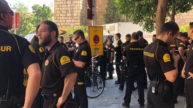 Los guardias de seguridad de la boda de Sergio Ramos y Pilar Rubio, esperando par trabajar