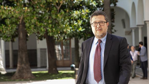 Francisco Serrano, en los pasillos del Parlamento andaluz