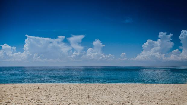 Playa con arena blanca
