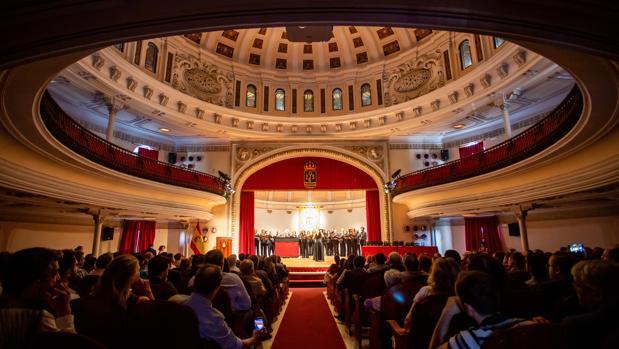 La ceremonia comenzó con la actuación del Coro del COAS