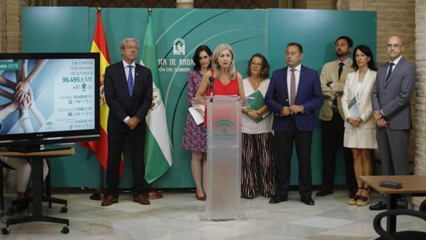 Los consejeros de Economía y Cultura, junto con el delegado del Gobierno, en la presentación de los presupuestos