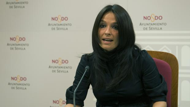 Evelia Rincón, concejal del Grupo Popular en el Ayuntamiento de Sevilla, durante una rueda de prensa