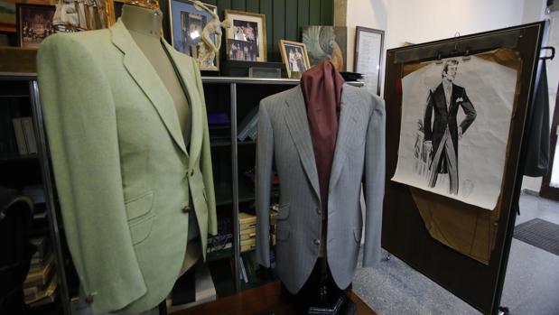 Dos chaquetas junto a un figurín de chaqué en la sevillana Sastería Ávila