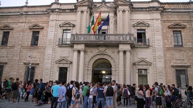 Universitarios en el Rectorado de la Universidad de Sevilla