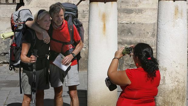 Dos turistas en el entorno de la Catedral de Sevilla
