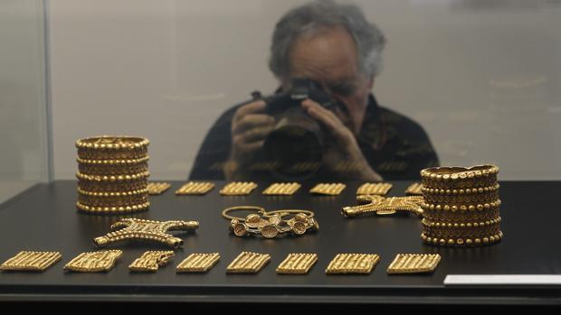 Réplica del tesoro del Carambolo que se expone en el Arqueológico