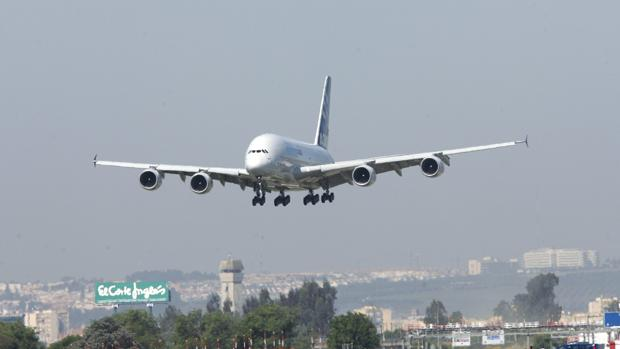 Un avión aterriza en el aeropuerto de Sevilla