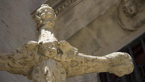 Detalle de la Cruz del Arquillo, antes de sufrir los recientes ataques vandálicos