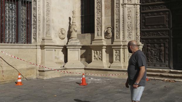 Estado en el que quedó la cruz de la Inquisición, junto al Arquillo, tras el acto vandálico