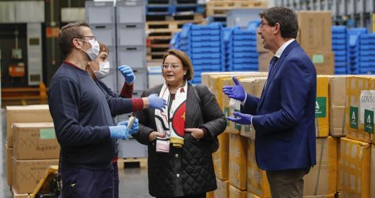 El vicepresidente de la Junta recibe un contingente de material sanitario
