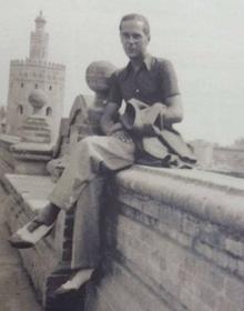 Luis Cernuda en los bancos de las Delicias, en 1934