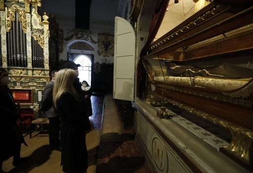 Patricia del Pozo observa el cuerpo incorrupto de Doña María Coronel