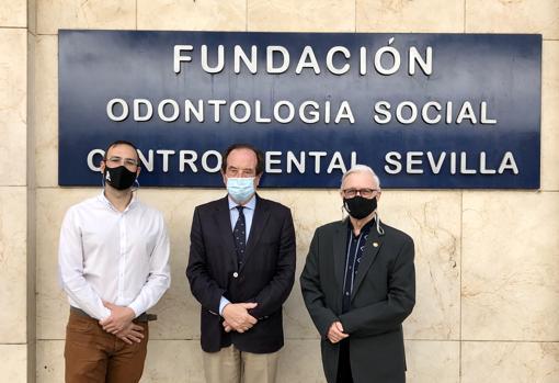 Rafael Jiménez, responsable del departamento social de Fundación TAU; Antonio Castaño Séiquer, presidente de FOS y Rafael Pozo, presidente TAU