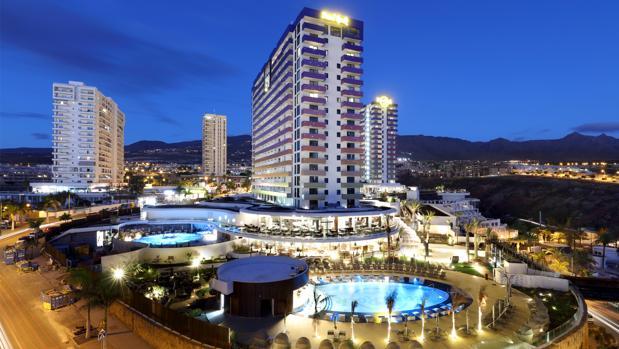Vista nocturna del exterior de Hard Rock Hotel Tenerife