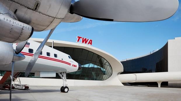 Fotografía cedida por TWA Hotel, que toma su nombre de la extinta Trans World Airlines, donde se muestra un avión Connie transformado en un salón de cócteles estacionado en el exterior del espacio situado junto a la terminal 5 del aeropuerto John F. Kennedy de Nueva York